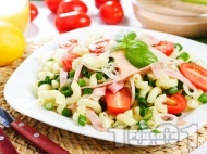 Лесна салата с паста, шунка, чери домати, пресен лук и сос от майонеза и горчица